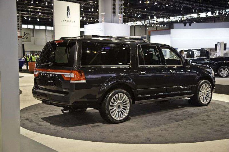 2017 Lincoln Navigator rear view