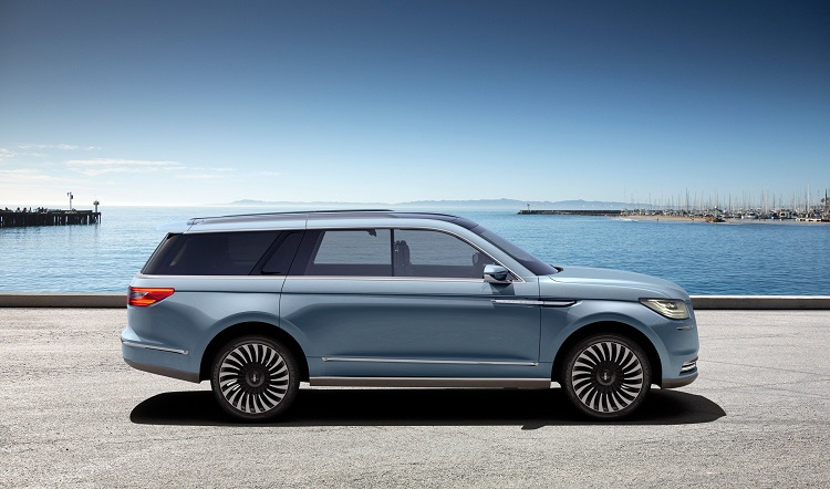 2018 Lincoln Navigator side view
