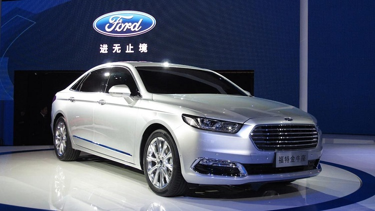 2018 Ford Taurus front view